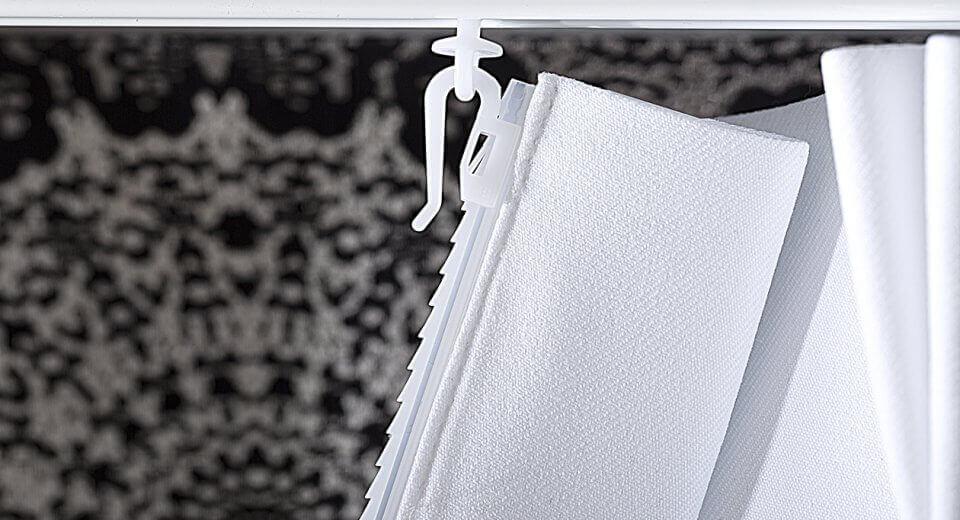 Kółka, żabki, rzepy, systemy flex… Jak wieszać firanki w oknie?