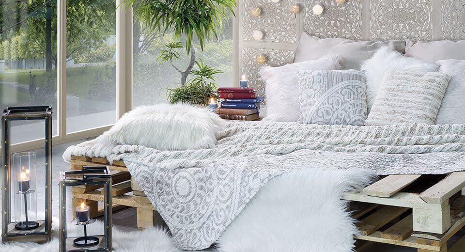 Biała sypialnia – sprawdzone sposoby na ocieplenie wnętrza