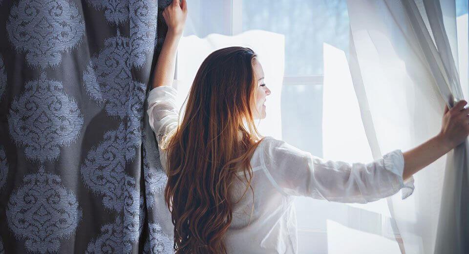 Zasłony zaciemniające do sypialni – dlaczego warto w nie inwestować?