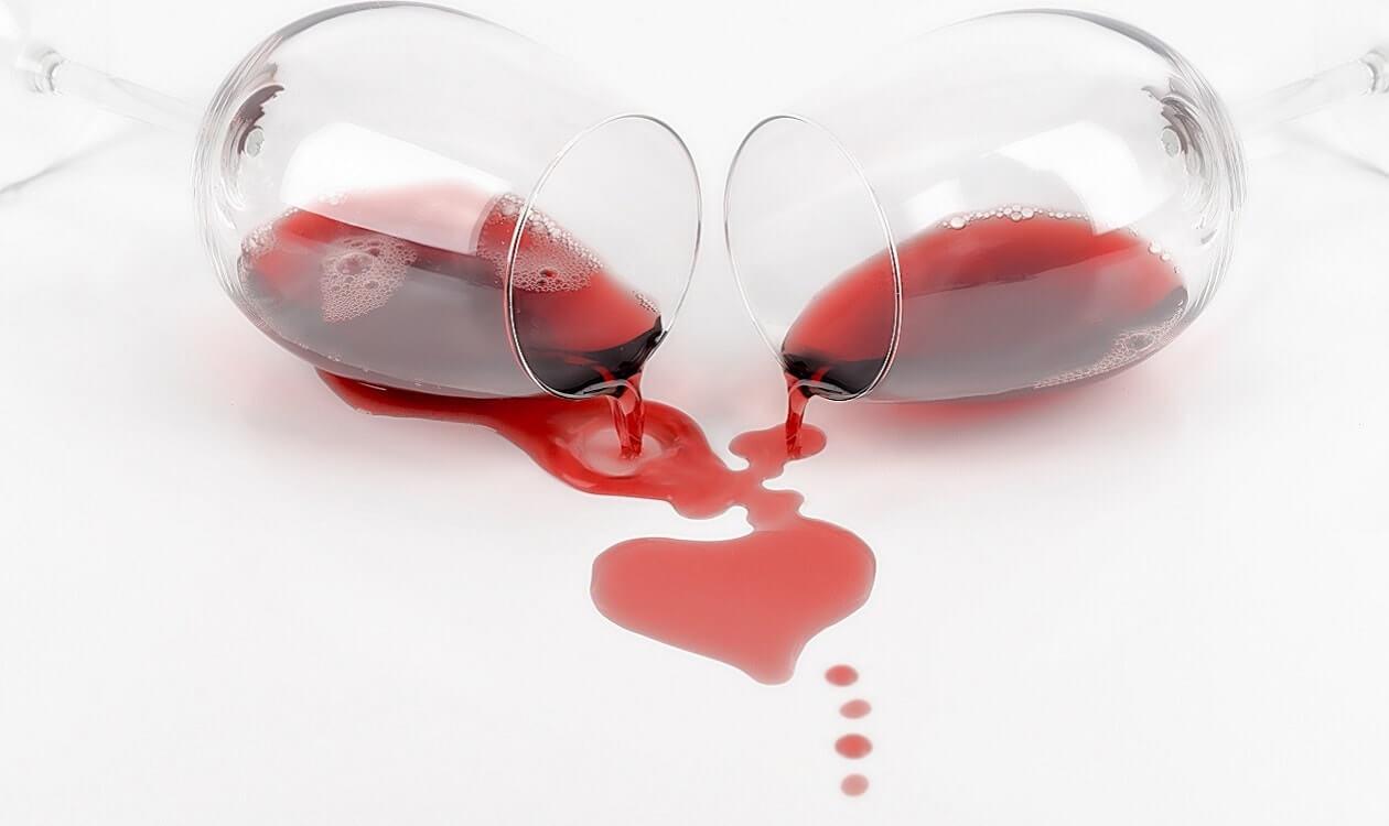 Plamy z wina na firankach i meblach – jak je usunąć?