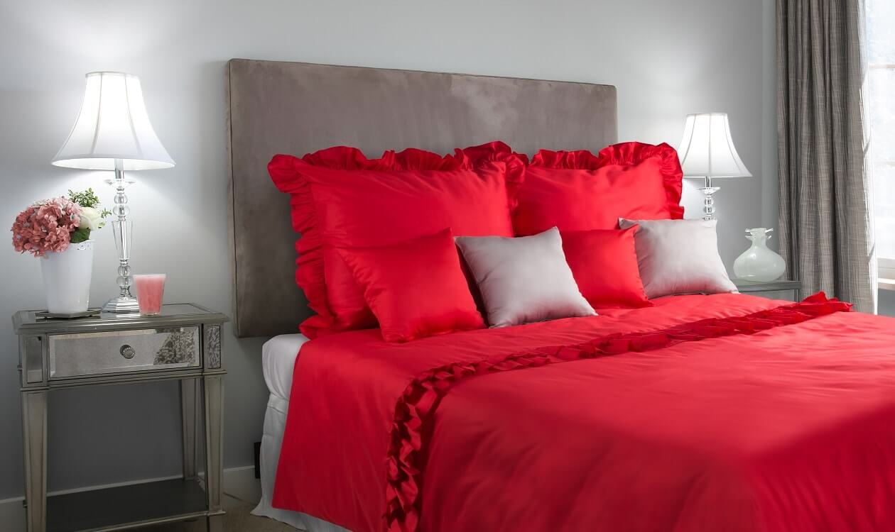 Sypialnia w stylu Marimekko: kwiaty i czyste czerwienie