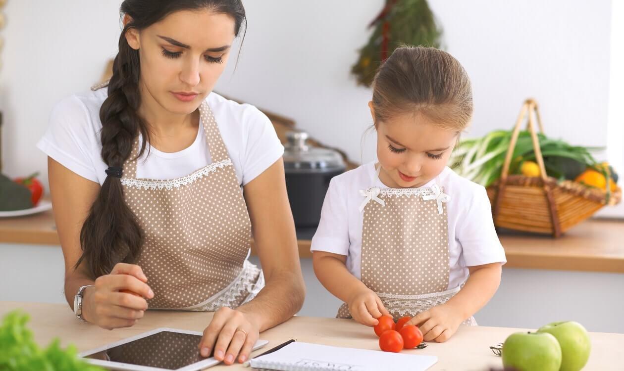 Fartuch kuchenny, rękawice i ręczniki, czyli jak wybrać modne tekstylia do kuchni?