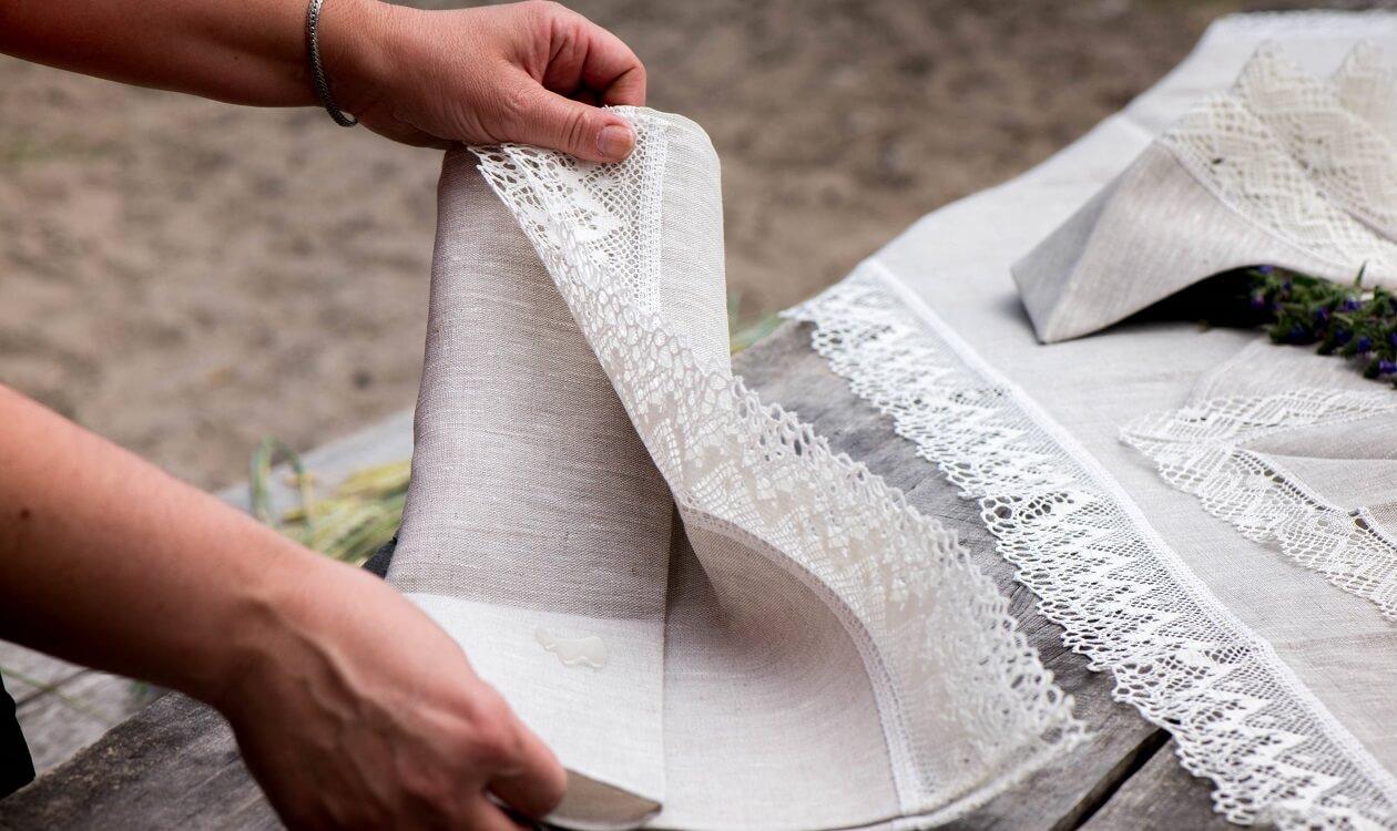 Jak usunąć wosk z obrusu – 7 sprawdzonych sposobów