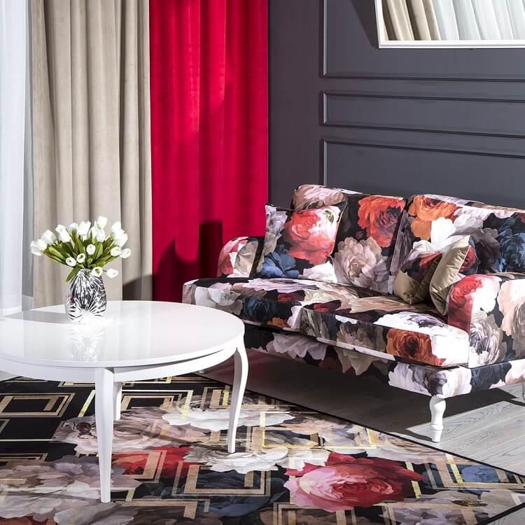 Sofa z tkaniny w kwiaty Eurofirany