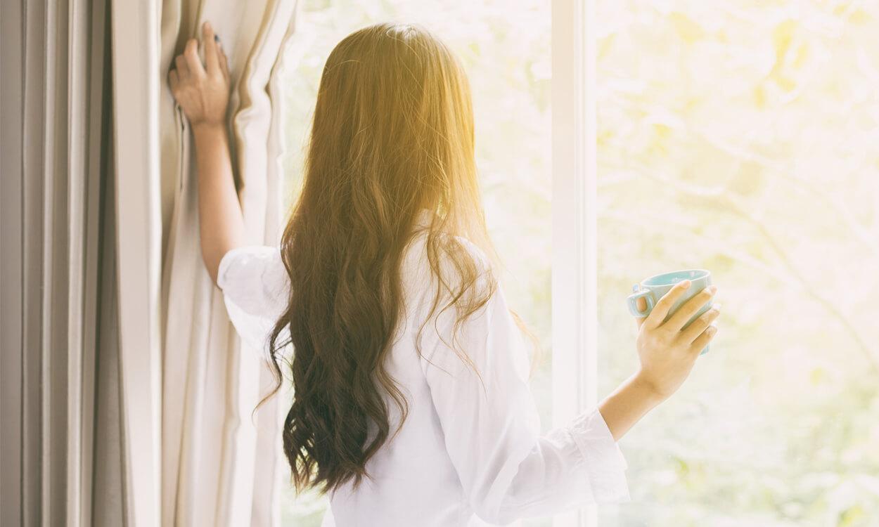 Nowoczesne dekoracje okien – zasłony termiczne, delikatne zasłony na lato.