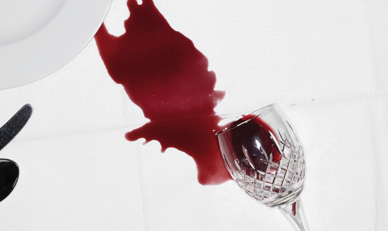 Trudne plamy na obrusie – z czerwonego barszczu, kawy, herbaty, wina, długopisu