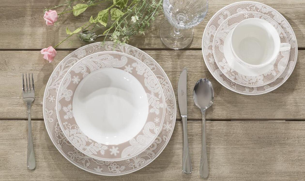 Nakrywamy do stołu. Jak prawidłowo ułożyć na stole talerze i sztućce?