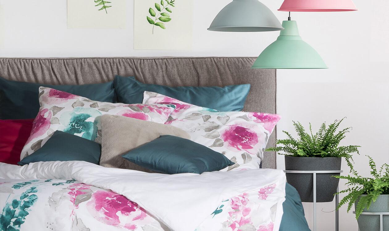 Motywy florystyczne w sypialni. Pomysł na pościel w kwiaty.