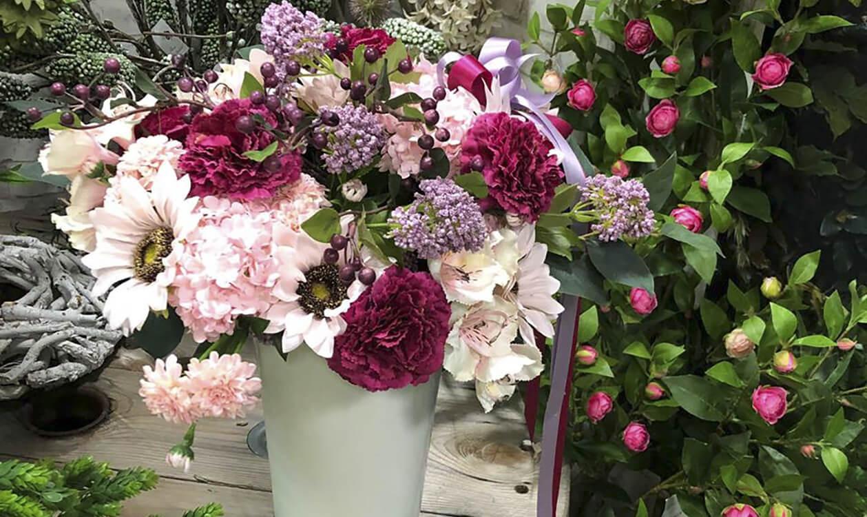 Sztuczne kwiaty w wazonie, podpowiadamy jak udekorować salon.