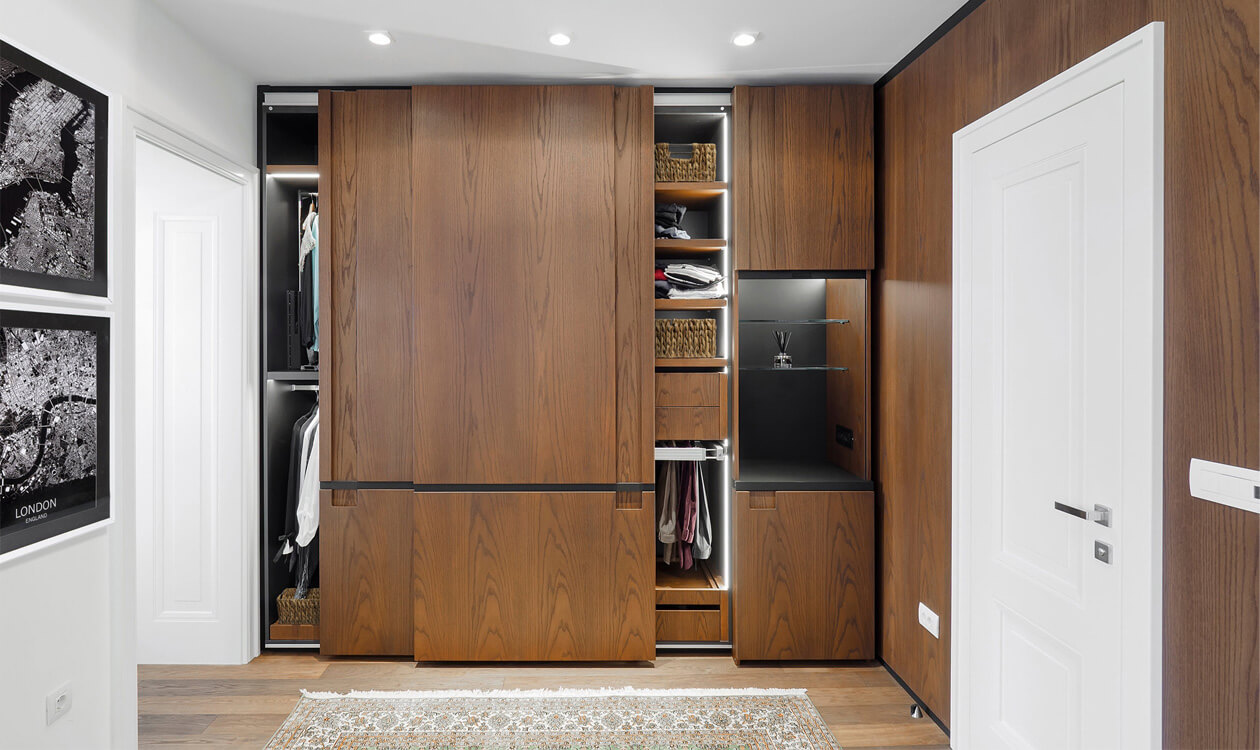 Aranżacja garderoby w sypialni na poddaszu w domu – 5 najważniejszych zasad.