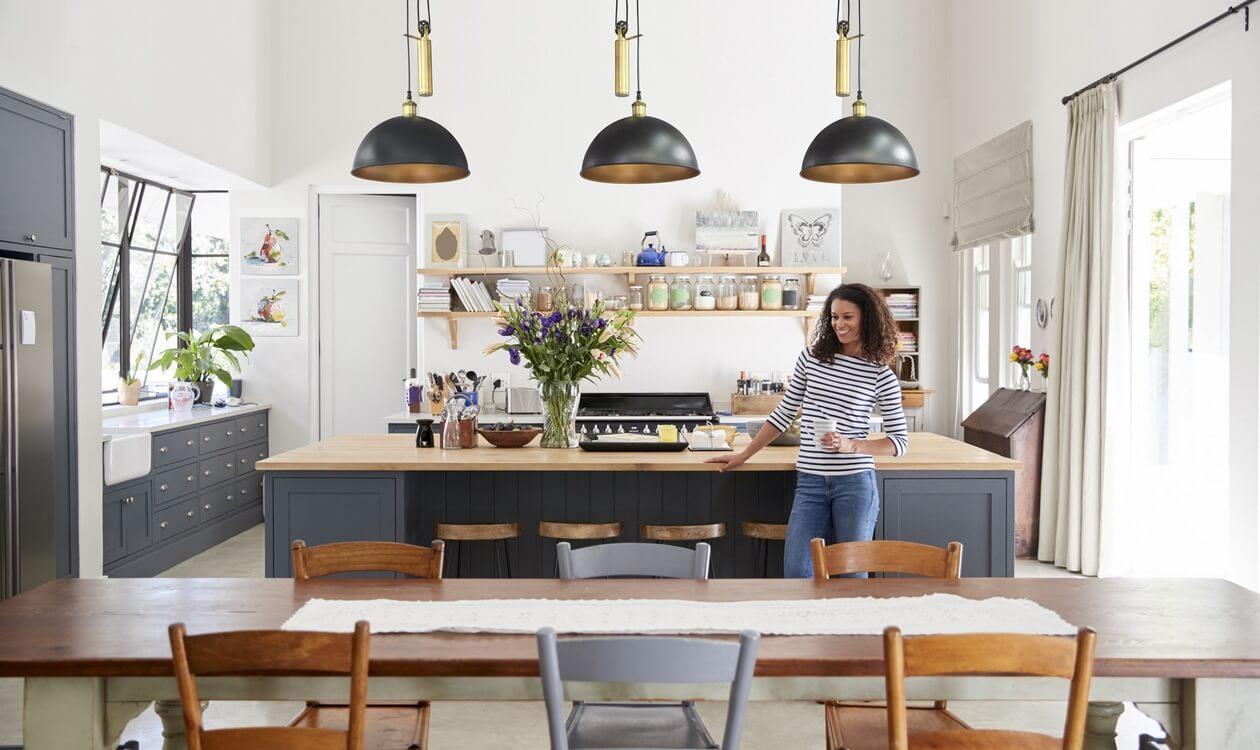 Stylowe dodatki do kuchni z wyspą – aranżujemy kuchnię otwartą na salon