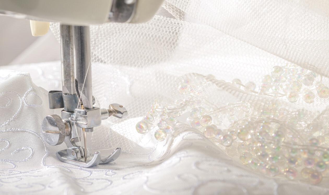 Zamawiamy szycie firan na wymiar – jak obliczyć potrzebny materiał
