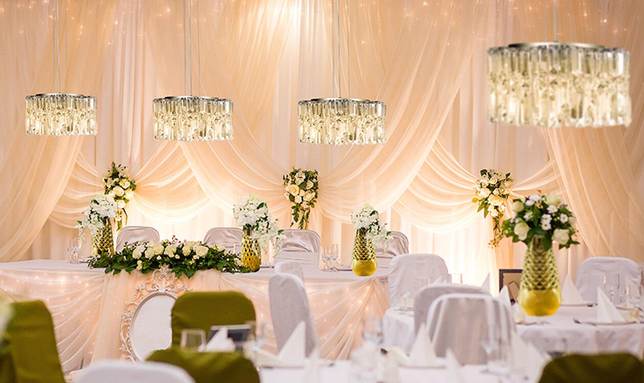 Urządzamy wesele w stylu glamour – jakie wybrać dodatki dekoracyjne?