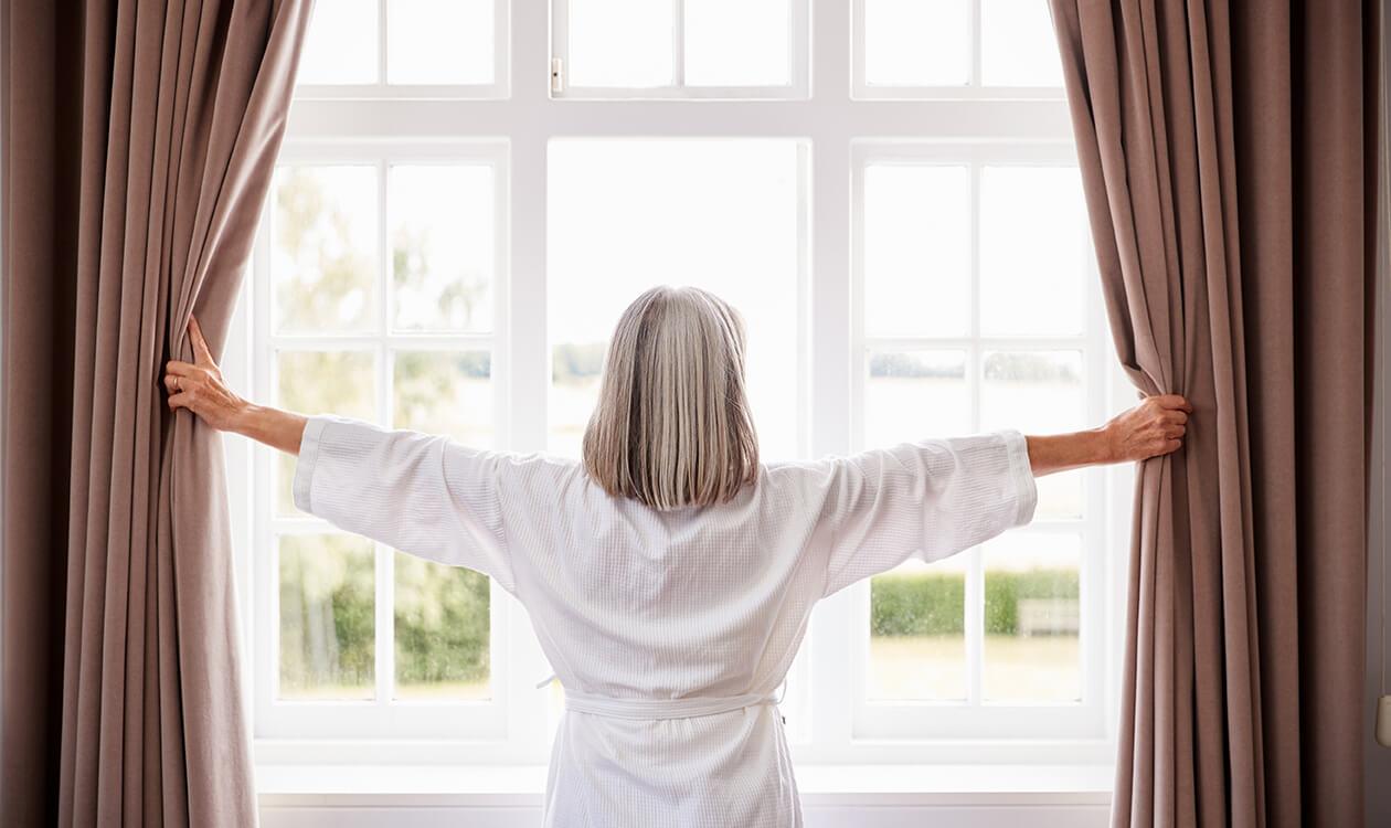 Okna przez które nie widać wnętrza – czym zasłonić okna przed słońcem?