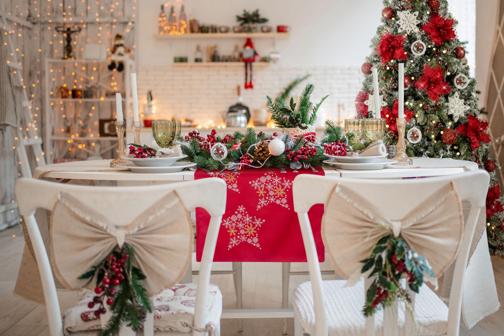 Dekoracja stołu na Boże Narodzenie – modne obrusy świąteczne.