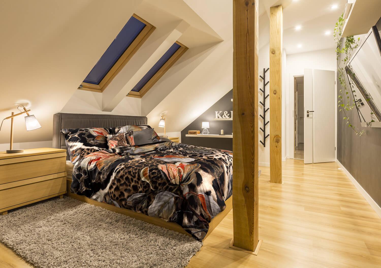 Jak urządzić sypialnię ze skosami?