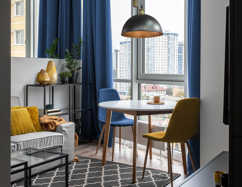 Jak urządzić mały salon ze stołem?