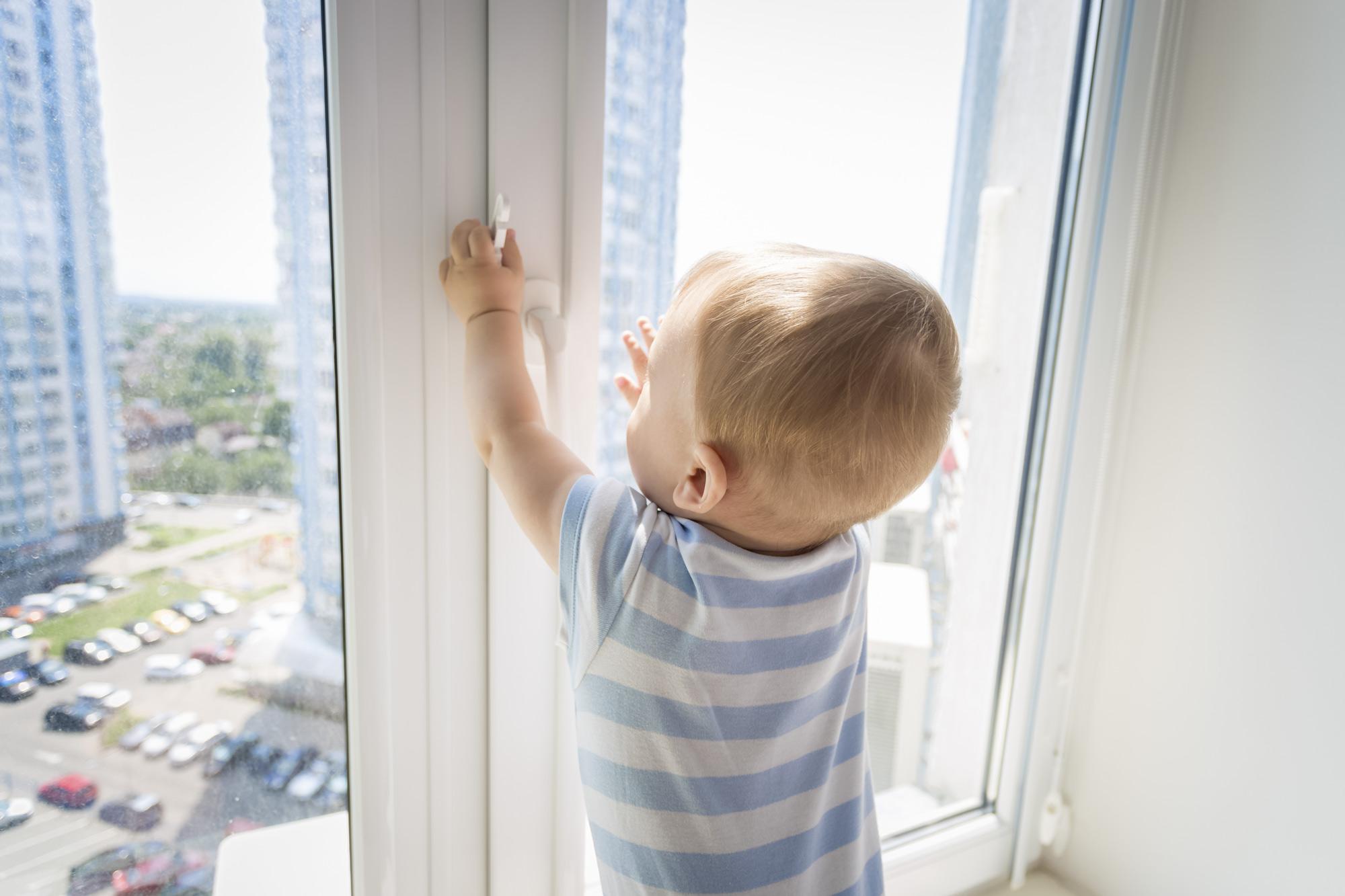 dekoracje okna bezpieczne dla dzieci