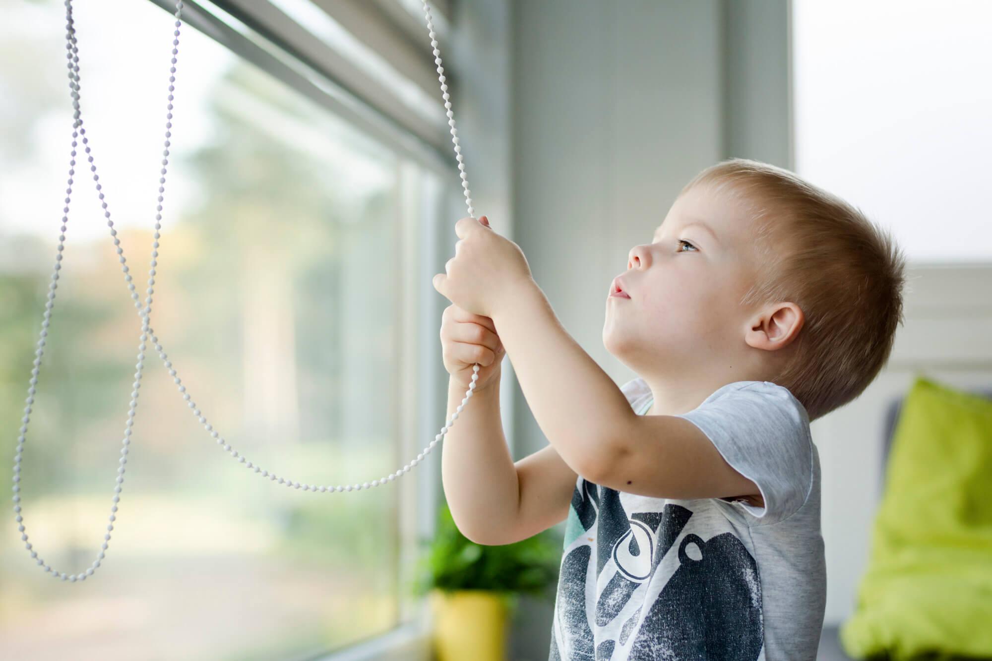 Dekoracje okna bezpieczne dla dzieci – co musisz wiedzieć?