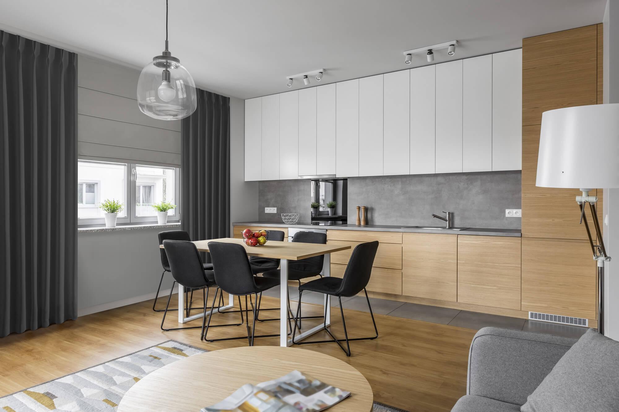 Jak optycznie powiększyć okno w kuchni? – aranżacja kuchni z oknem