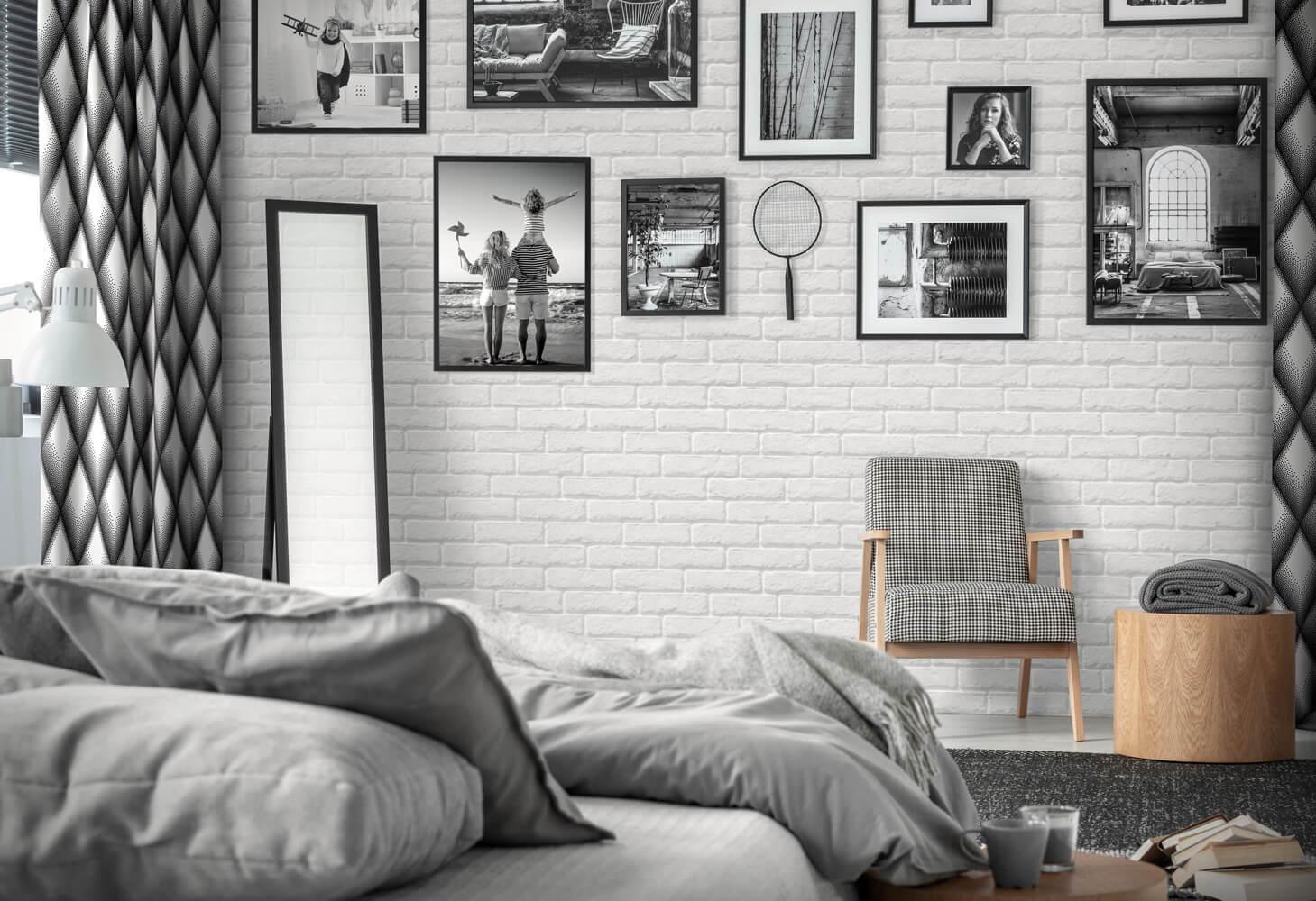 galeria zdjęc na ścianie z cegły