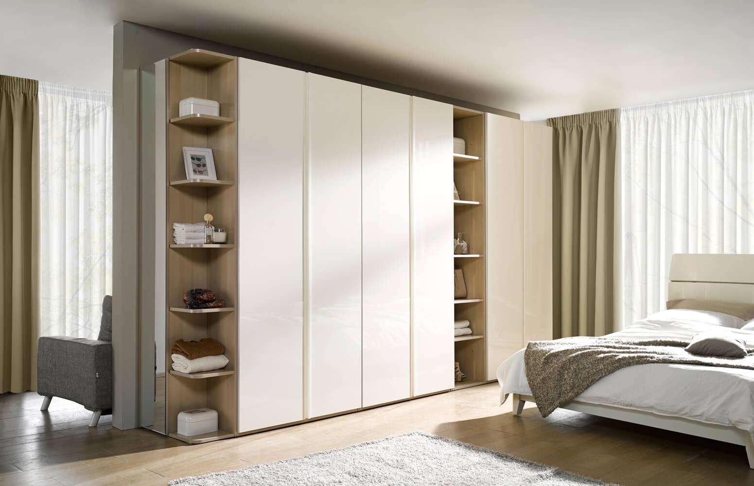 Jak zaaranżować wnętrze z szafą na całą ścianę?