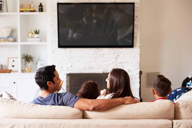 Jak zaaranżować w salonie ścianę z telewizorem?