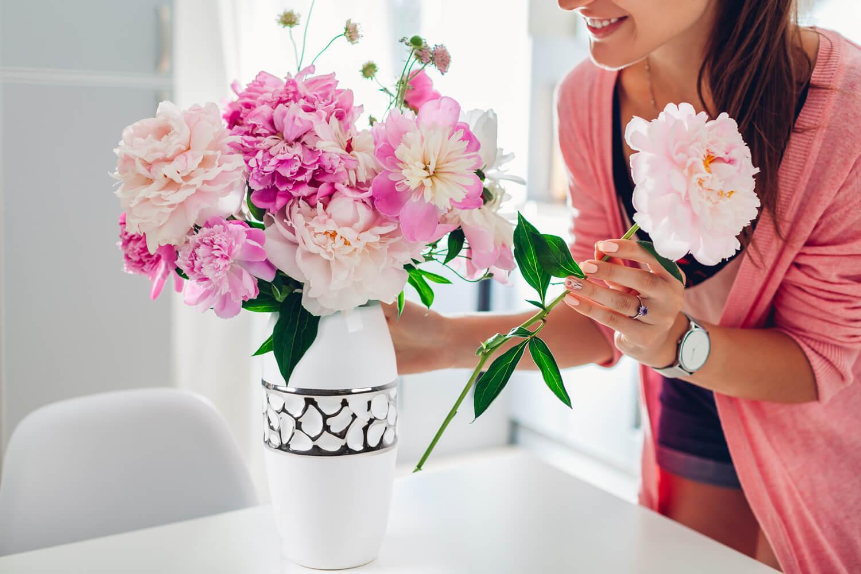 Układanie bukietów – jak ułożyć kwiaty w wysokim wazonie? Sprawdzone sposoby.